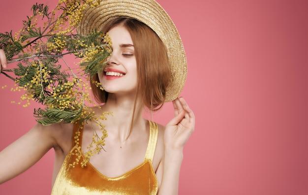 Mujer atractiva encanto ramo flores vacaciones día de la mujer
