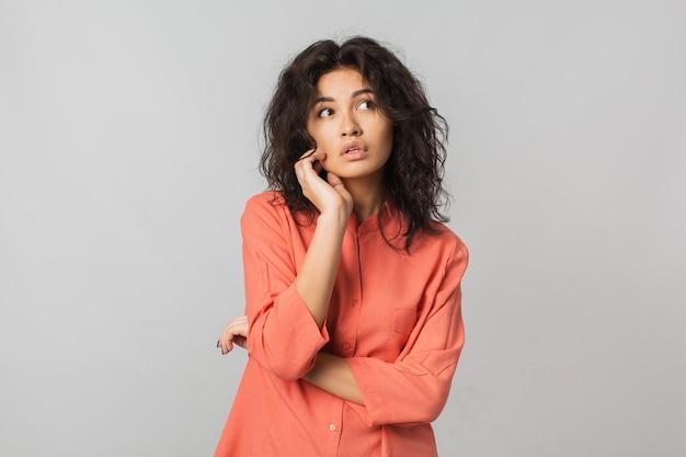 Mujer atractiva con estilo joven aislada en blanco