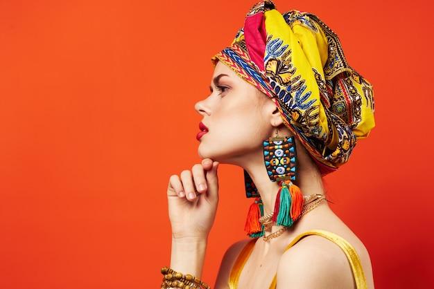 Mujer atractiva estilo oriental cabeza turbante decoración etnia.