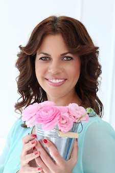 Mujer atractiva con flores
