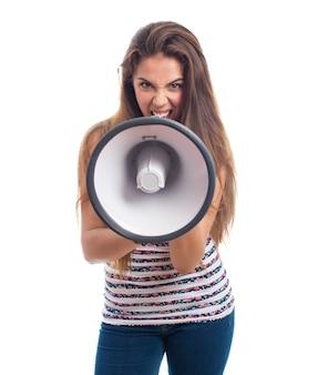 Mujer atractiva gritando con un megáfono