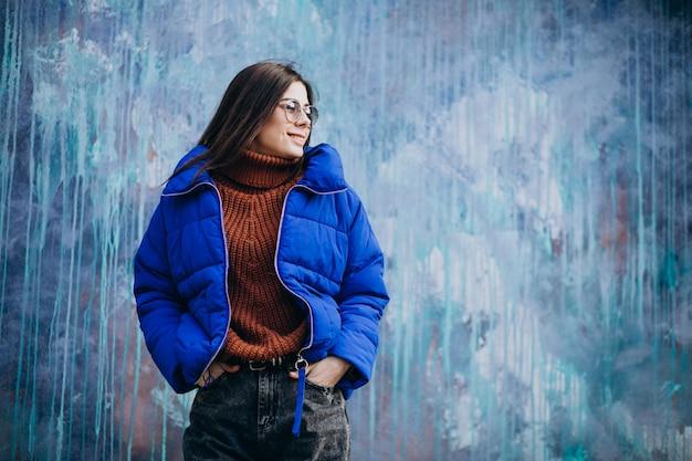 Mujer atractiva joven en chaqueta de invierno azul