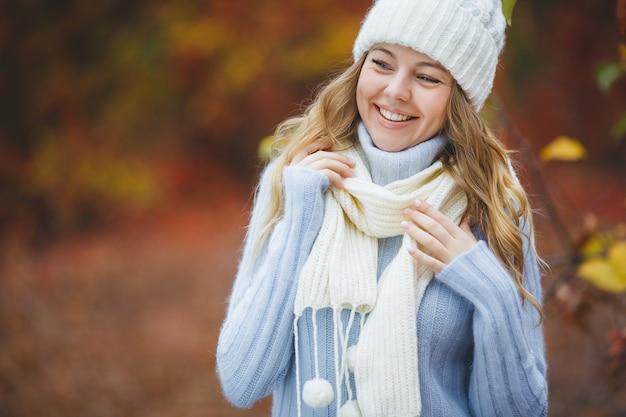 Mujer atractiva joven en fondo colorido del otoño