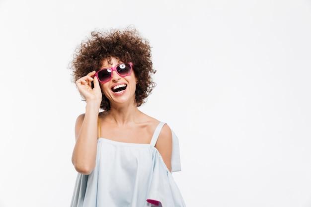 Mujer atractiva joven en gafas de sol mirando