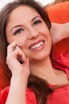 Mujer atractiva joven que llama por teléfono