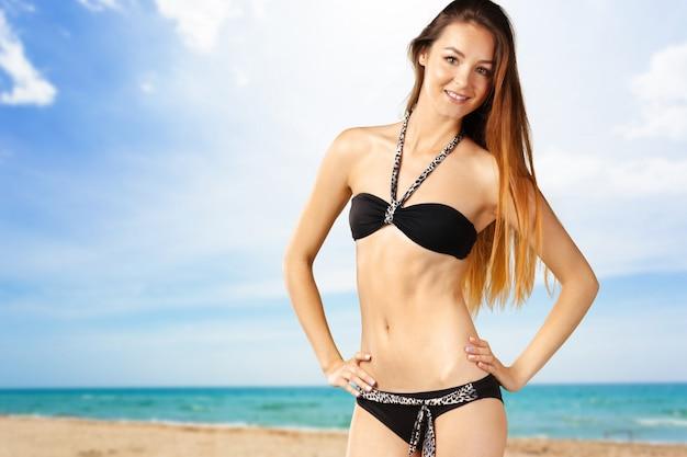 Mujer atractiva joven en traje de baño