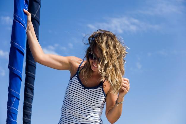 Mujer atractiva navegando en yate de lujo