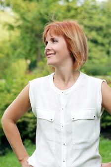 Mujer atractiva en un parque
