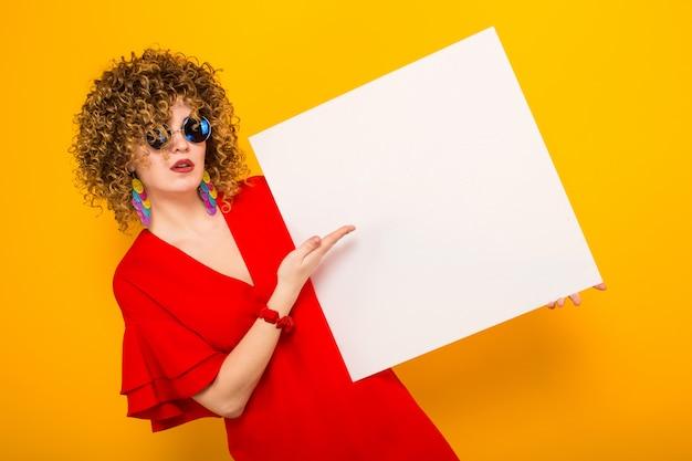 Mujer atractiva con pelo corto y rizado y banner