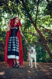 Mujer atractiva con el perro. huskies