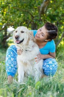 Mujer atractiva con perro