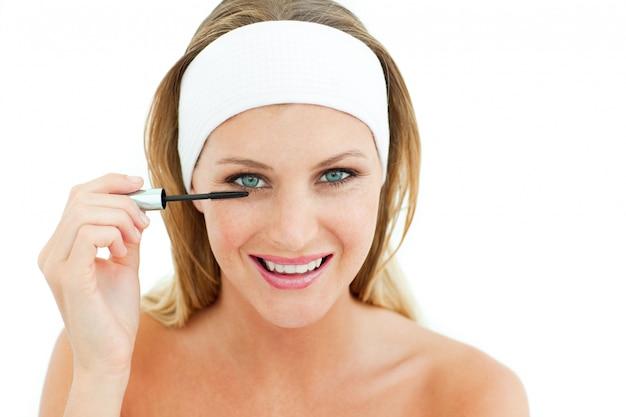 Mujer atractiva poniendo máscara