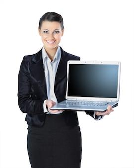 Mujer atractiva con portátil en manos sonriendo, aislado en fondo blanco.