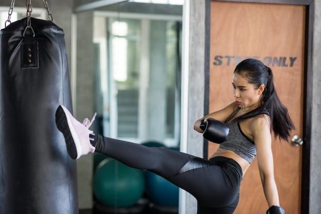 Mujer atractiva practicar boxeo tailandés