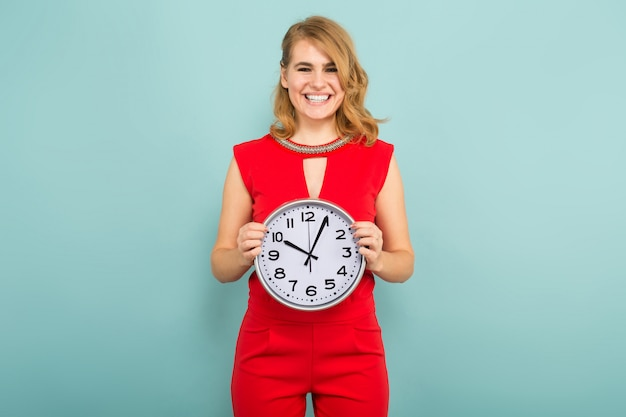 Mujer atractiva con relojes