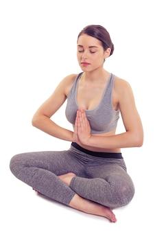 Mujer atractiva en ropa deportiva está meditando.
