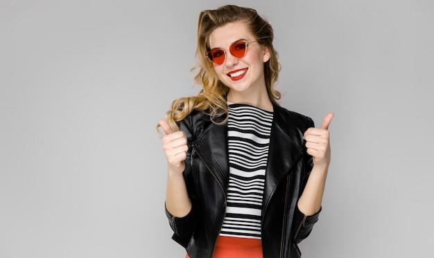 Mujer atractiva en ropa de moda