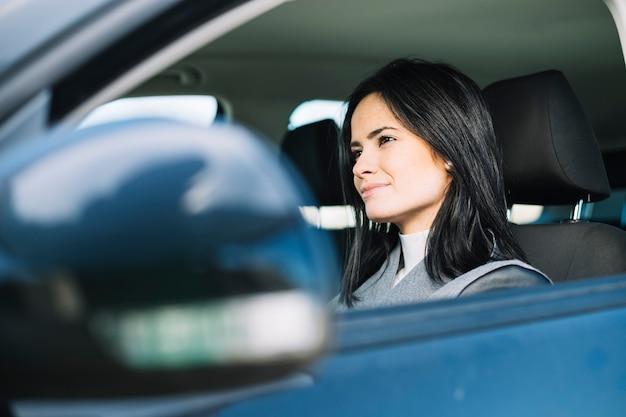 Mujer atractiva sentada en coche