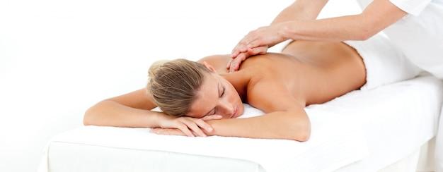 Mujer atractiva siendo masajeada