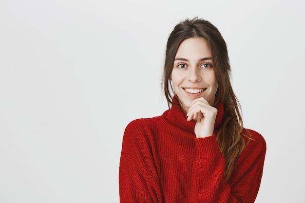 Mujer atractiva sonriente que mira la cámara