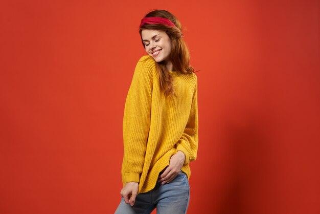Mujer atractiva suéter amarillo ropa de moda estilo callejero rojo
