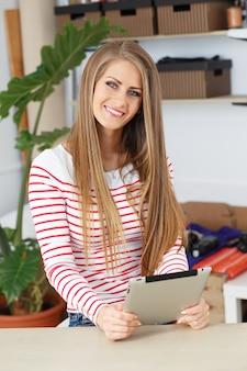 Mujer atractiva con tableta