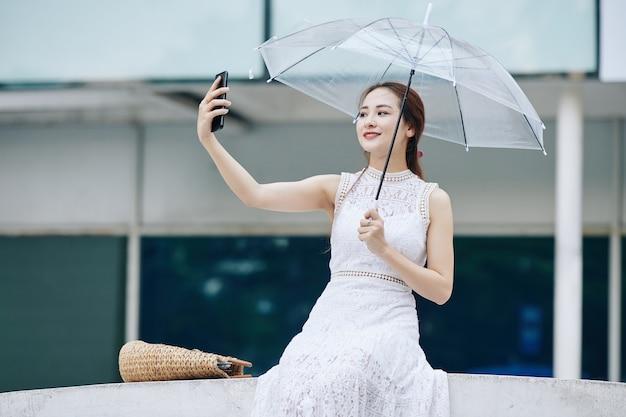 Mujer atractiva tomando selfie