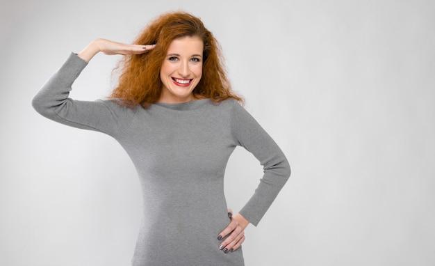 Mujer atractiva en vestido de saludo
