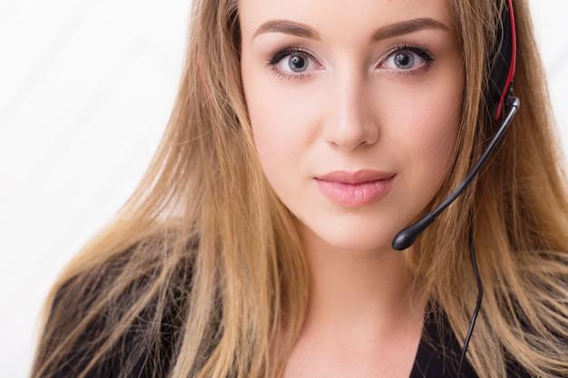 Mujer con un auricular