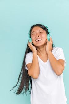 Mujer con auriculares y bailando