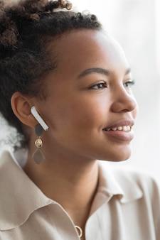 Mujer con auriculares de cerca