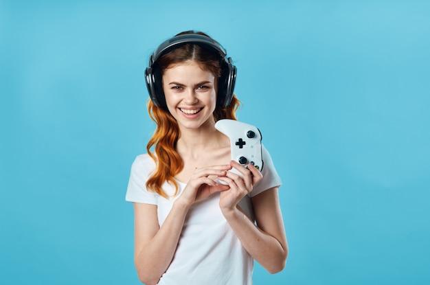 Mujer con auriculares escuchando música, entretenimiento, tecnología, moda, fondo azul