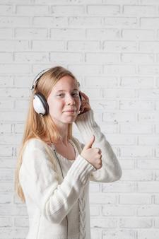 Mujer con auriculares escuchando música con placer