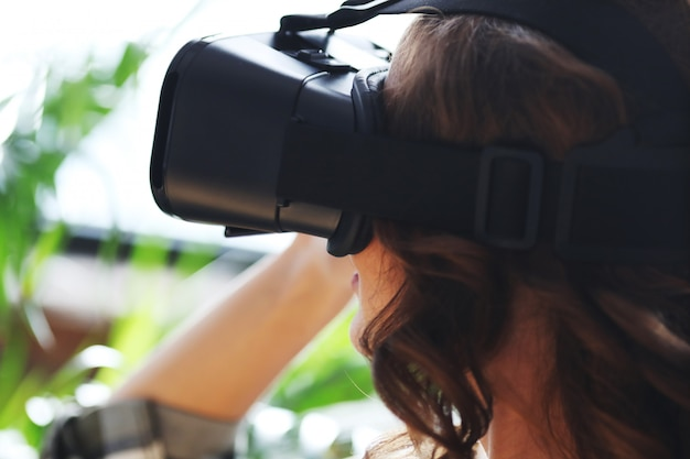 Mujer con auriculares vr