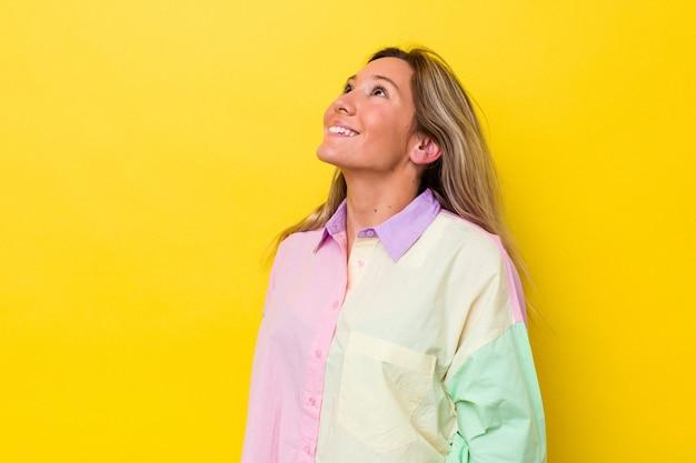Mujer australiana joven aislada riendo relajado y feliz, cuello estirado mostrando los dientes.