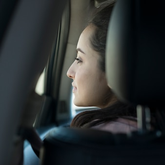 Mujer en el auto desde atrás