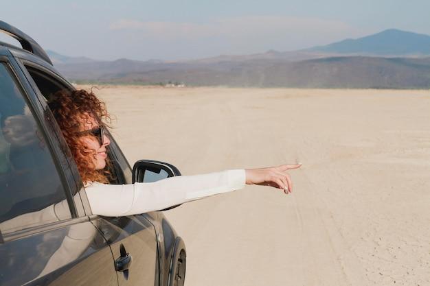 Mujer en auto viajando
