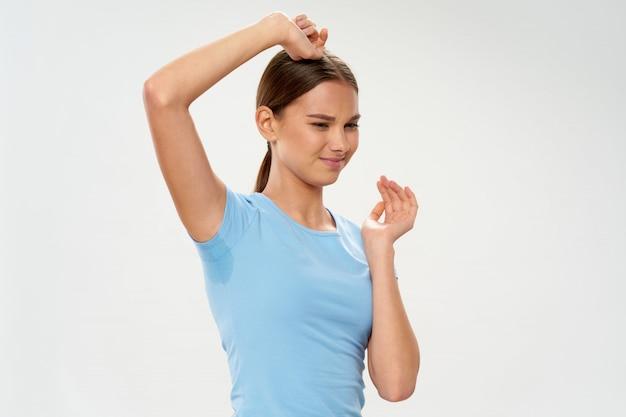 Mujer axilas sudorosas, hiperhidrosis