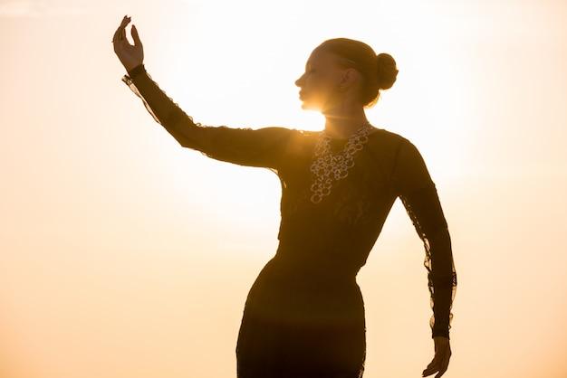 Mujer bailando al amanecer
