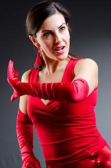 Mujer bailando bailes en vestido rojo