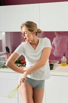 Mujer bailando en la cocina