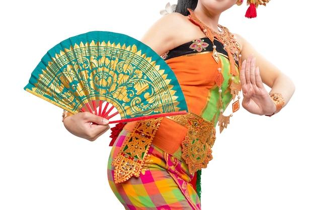 Mujer bailando danza tradicional balinesa aislado