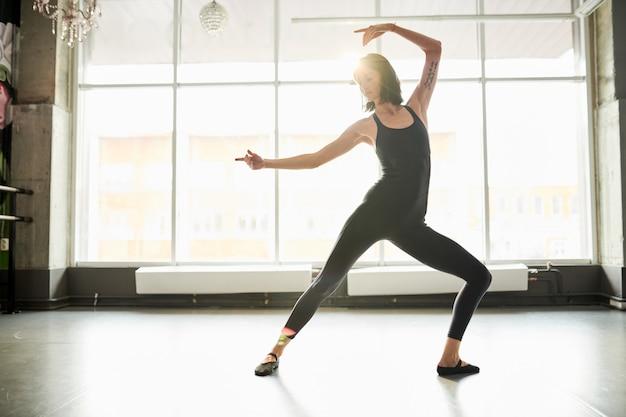 Mujer bailando en estudio