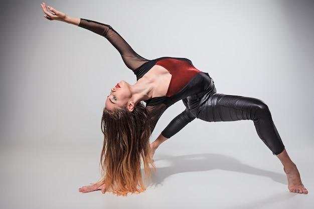 Mujer bailando en gris