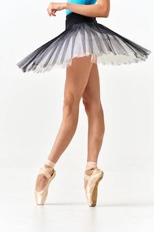 Mujer bailarina bailando ballet en un espacio ligero