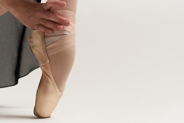 Mujer bailarina en punta. copyspace en blanco
