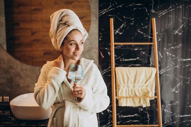 Mujer, en, balneario, ir a tomar un baño