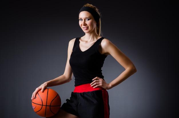 Mujer con baloncesto en concepto de deporte