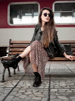 Mujer en banco en la estación de tren