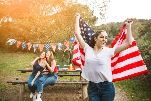 Mujer con bandera estadounidense